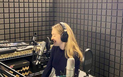 Ambra Schuster bei den Aufnahmen für den Lehrkräftepodcast richtig & falsch. © Nina Schnider